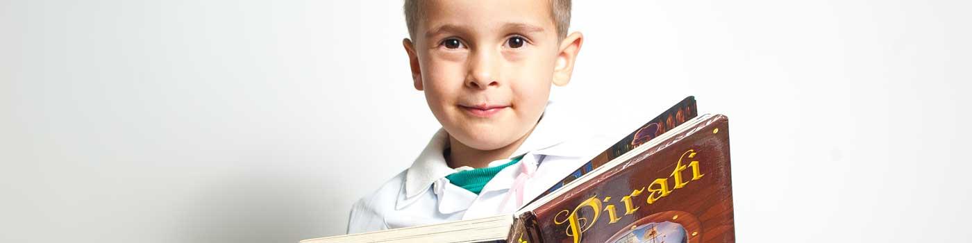 Laboratorio di lettura, bimbo che legge un libro